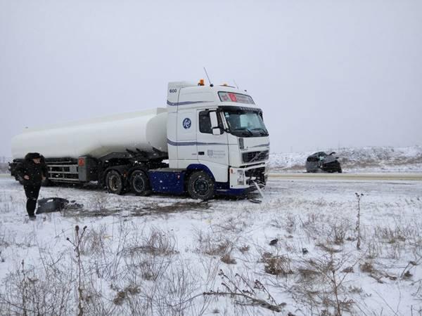 Нафедеральной трассе вРостовской области из-за гололеда столкнулись иностранная машина ифура