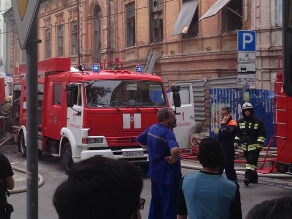 Вцентре Ростова произошел мощный пожар встаром помещении фабрики