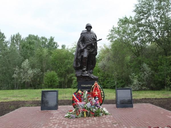ВРостове вКумженской роще торжественно открыли монумент Советскому Солдату