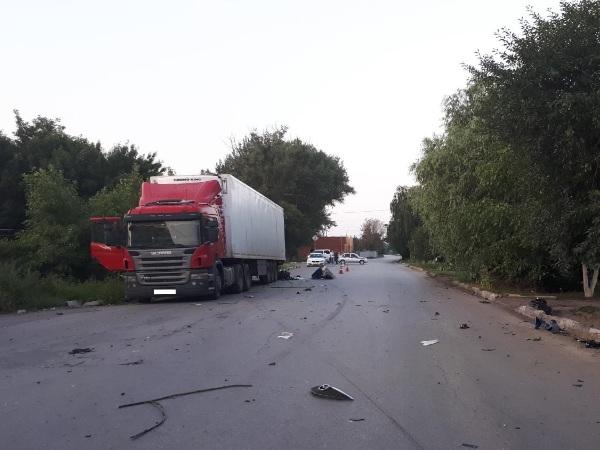 ВБатайске иностранная машина врезалась вприпаркованный фургон, два человека погибли