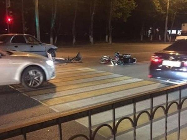 Шофёр  Хюндай  влетел в«зад» остановившейся на«красный» мотоциклистке вРостове