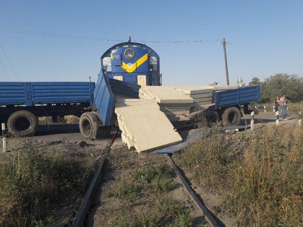 ВКрасносулинском районе КАМАЗ столкнулся степловозом