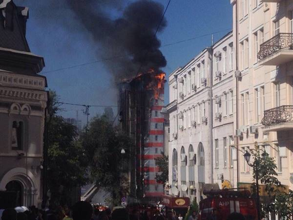 Многоэтажный высотный бизнес-отель объят огромным пламенем всамом центре Ростова