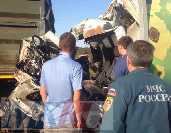 Водитель авто врезался всломанный КамАЗ под Ростовом, один человек скончался