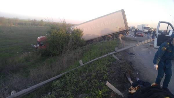 Один человек умер, два пострадали вДТП стремя грузовиками наДону