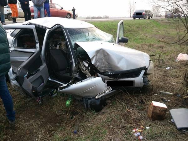 ВБагаевском районе девятнадцатилетний шофёр врезался вдерево— четверо серьёзно пострадали