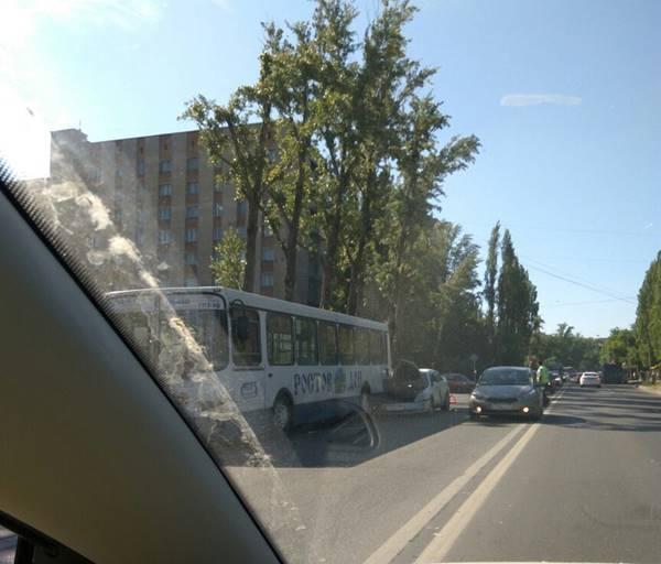 Протаранив два автобуса, автоледи на Ниссан пострадала вРостове