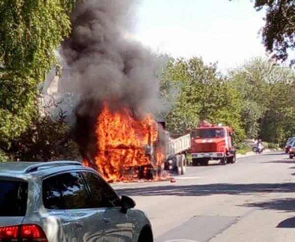 ВРостове наЩаденко cотрудники экстренных служб потушили грузовой автомобиль